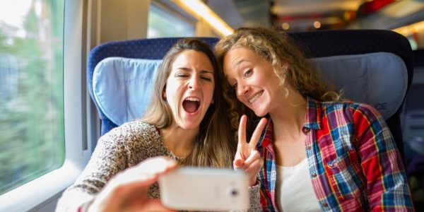Young-women-taking-a-selfie-in-German-ICE-highspeed-train-medium-600x300 Tågluffa i Europa med Interrail